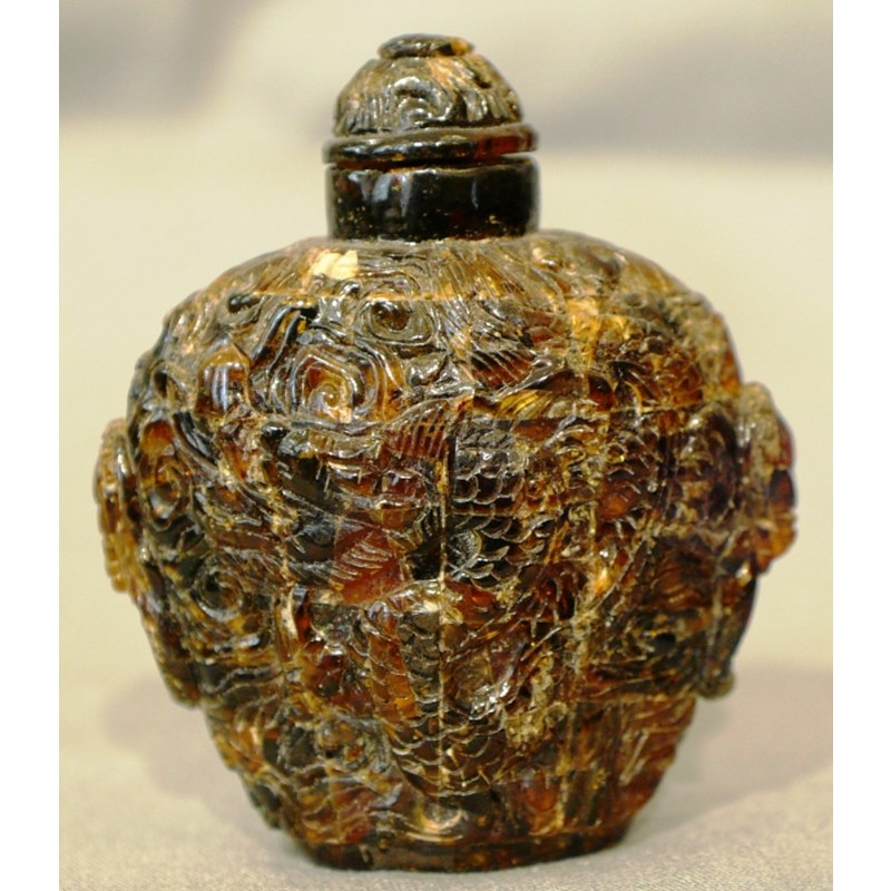 Snuff bottle in ambra scolpita.