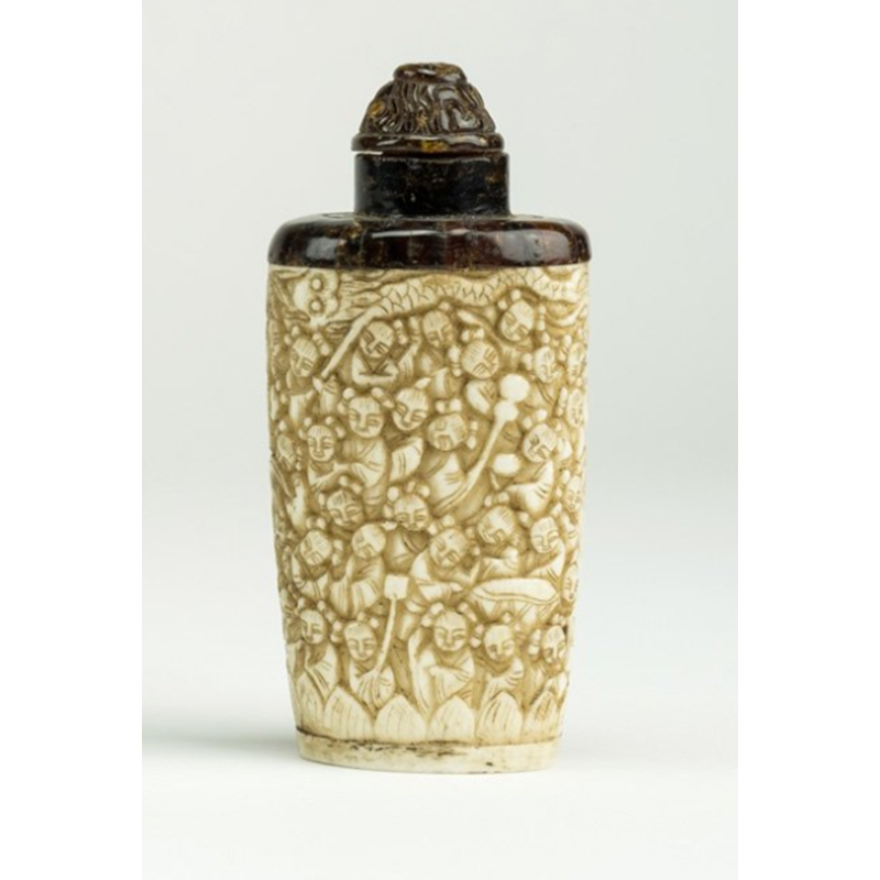 Snuff bottle in osso e ambra raffigurante i